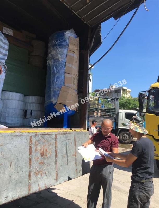Kí giấy gửi hàng cho khách hàng tại Đà Nẵng